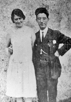 Murdo Crola with Annabel Macleod (Barabal Dhomnaill Phoist) 29 Valtos