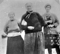 00244 Annie Morrison (Anna Eoghainn)17Br, Marion Morrison (Mor Sheorais)  20Br, Mary Ann Macaulay 18 Br (Mairi Anna an t-Saoir) 60.36.jpg